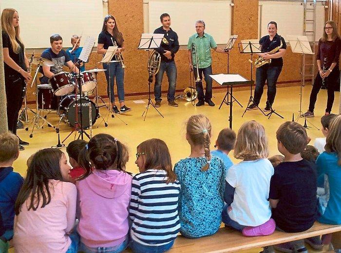 Stammheimer Musiker stellen Schülern sich und ihre Instrumente vor. Foto: Dobbert